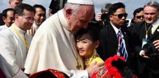 pope-lands-myanmar-difficult-visit-amid-rohingya-crisis