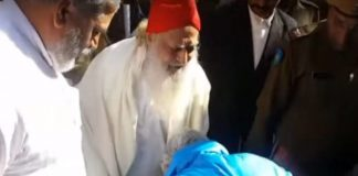 asaram-rape-accused-still-retired-hc-chief-justice-dived-feet-outside-jodhpur-court